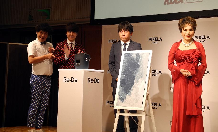 「Re・De」ブランドの商品を囲む藤岡副社長(中央)、デヴィ夫人(右)、流れ星(左)