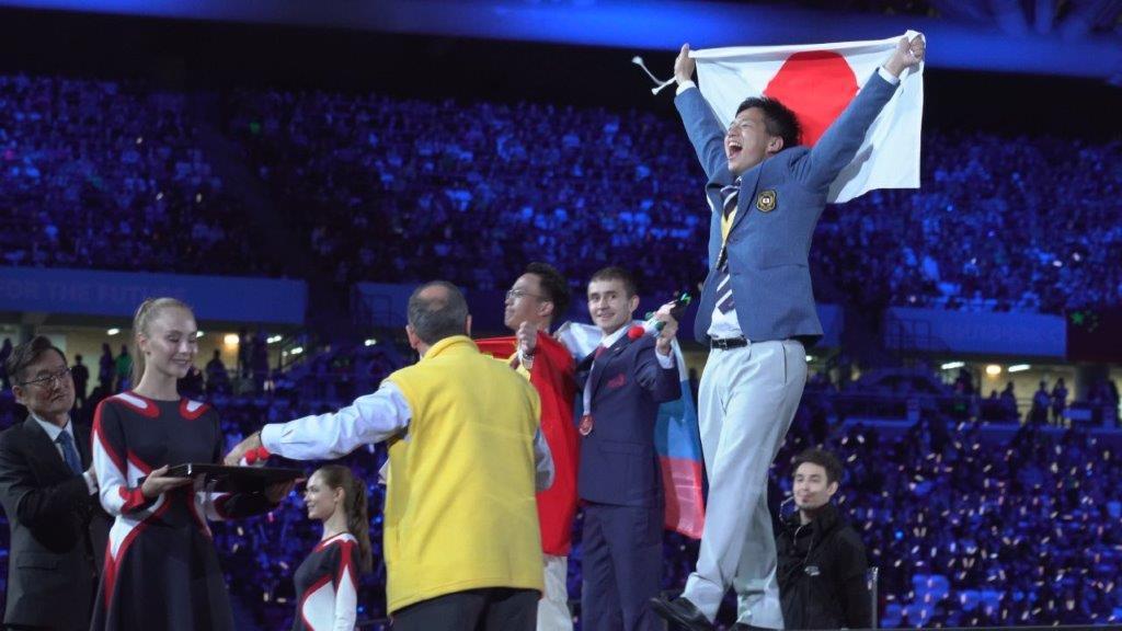 金メダル獲得に歓喜する志水さん(右)