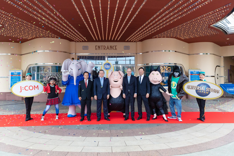 協賛するイルミネーションシアターの前でほほ笑む井村社長(中央左)と原社長(その左)ら