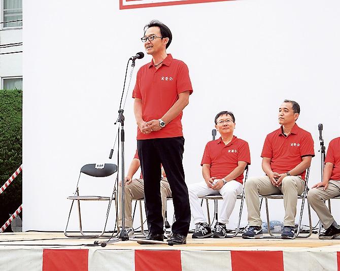 開会式で従業員や地域住民と開催を祝う吉田総務部長