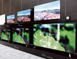 壁などに設置する音声操作リモコン(右上)を開発し、「なるほど機能」を搭載した4K対応液晶テレビで市場に本格参入する