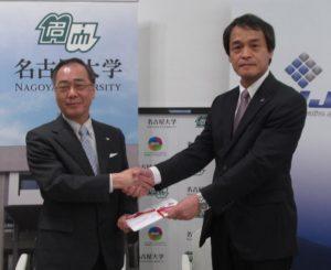目録を手にする松尾清一総長(左)と須原社長