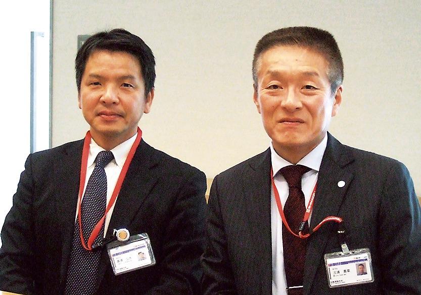 新製品を説明する三浦嘉章部長(右)と医用機器事業部の高濱公大グループ長
