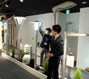 同社ショールームに展示されたLED道路灯。今年度からJVによる自治体への提供を開始した