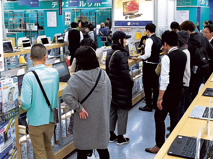 ウインドウズ7のサポート終了を受け買い替え需要でにぎわうPC売り場(ヤマダ電機LABI1日本総本店池袋)