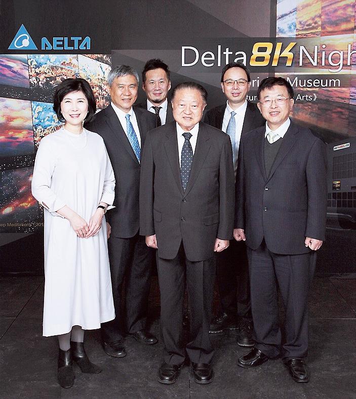 右から柯進興デルタ電子日本法人代表取締役、傅潔デルタエレクトロニクス・ディスプレイソリューション事業部長、鄭崇華デルタグループ創業者・名誉会長、華健豪デジタルプロジェクションCEO、海英俊デルタエレクトロニクス会長、郭珊珊デルタエレクトロニクス・チーフブランドオフィサー