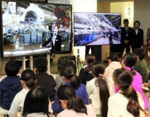 東京都内の会場から自動車の製造工程を学ぶ小学生たち=東京都港区のレクサスインターナショナルギャラリー青山