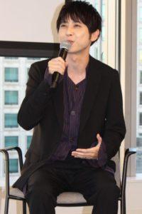 笑顔でトークする声優の梶裕貴さん
