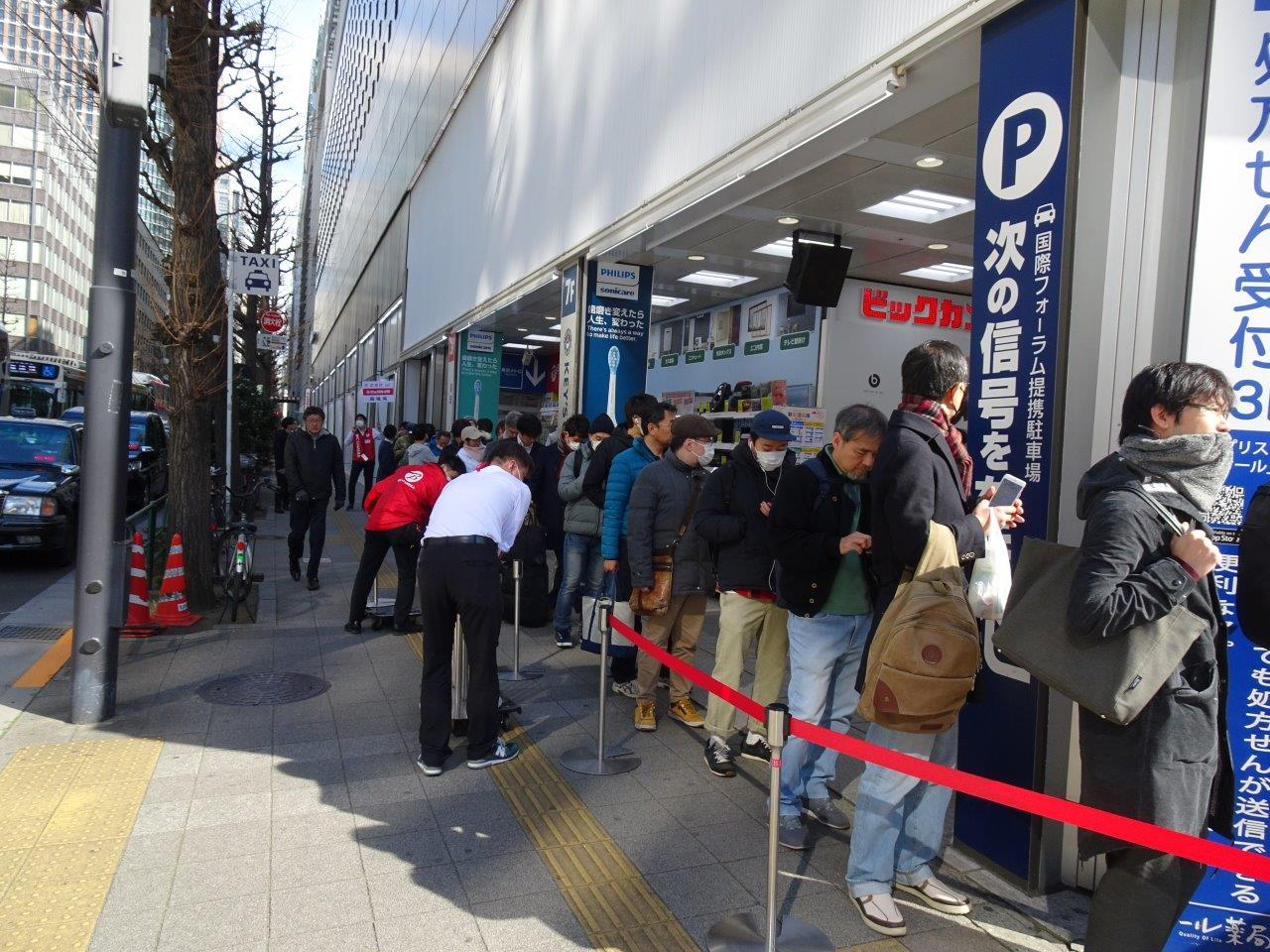 開店30分後には会計の列が店外にまで伸びた