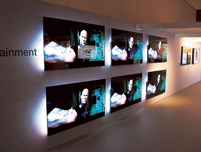 アンビエントライトを搭載したフィリップスブランドの4K有機ELテレビも参考展示(船井電機)