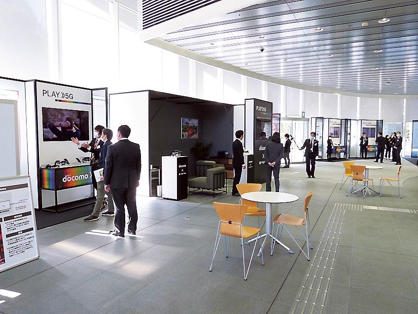 商用化スタートを控え、ドコモ東北支社1階に設けられている5G展示ブース。三つのゾーンに分けて展示している