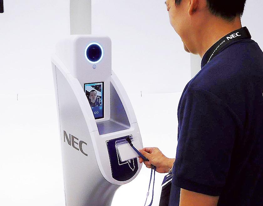 NECは顔認証システムを使った入場システムを納入する予定(写真は19年ラグビーワールドカップで運用したシステム)