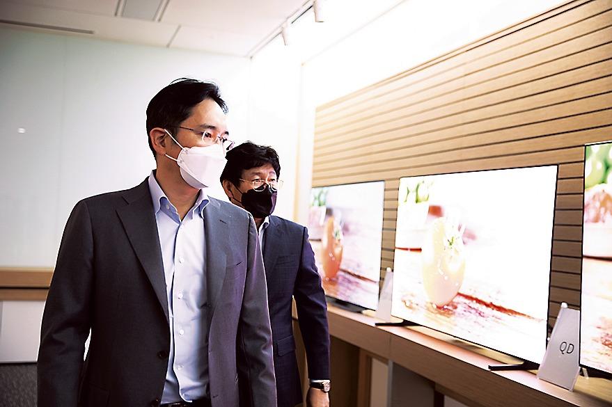サムスンディスプレイの牙山工場を視察するサムスン電子のイ副会長