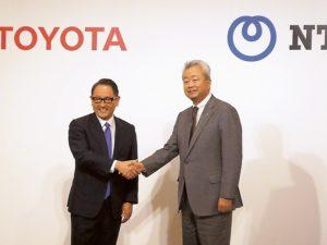 業務資本提携を発表するトヨタ自動車の豊田社長(左)とNTTの澤田社長